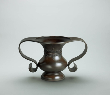 6707 A bronze flower vessel of mimikuchi (ear-mouth) form with a band of la
