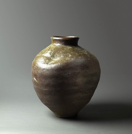6835 A Tokoname storage jar. Japan 15th/16th century, Muromachi period Di